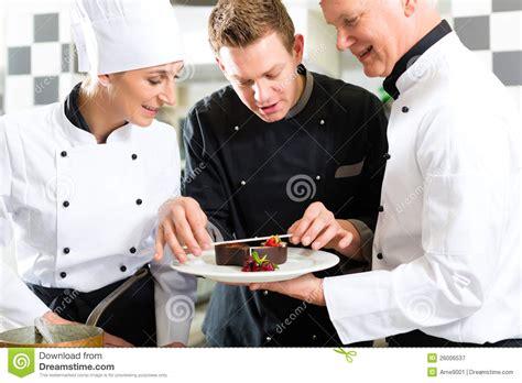 cuisine de chef 201 quipe de chef dans la cuisine de restaurant avec le