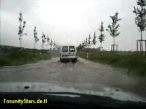 Hochwasser Auto by Hochwasser Auto F 228 Hrt Durch 252 Berflutete Stra 223 E