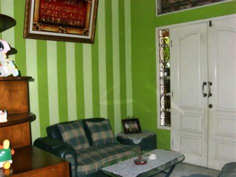 wallpaper dinding ruang tamu warna hijau desain minimalis   living room designs