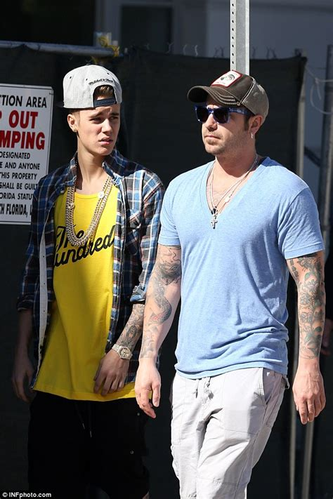 justin biebers dad visits with his famous son amid the ewww justin bieber s father tweets about his son s penis
