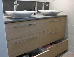 un meuble vasque pratique entre deux murs