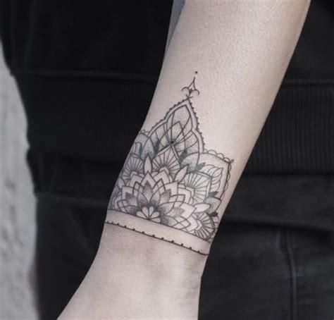 tatuaggi fiori sul polso oltre 25 fantastiche idee su tatuaggio sul polso su