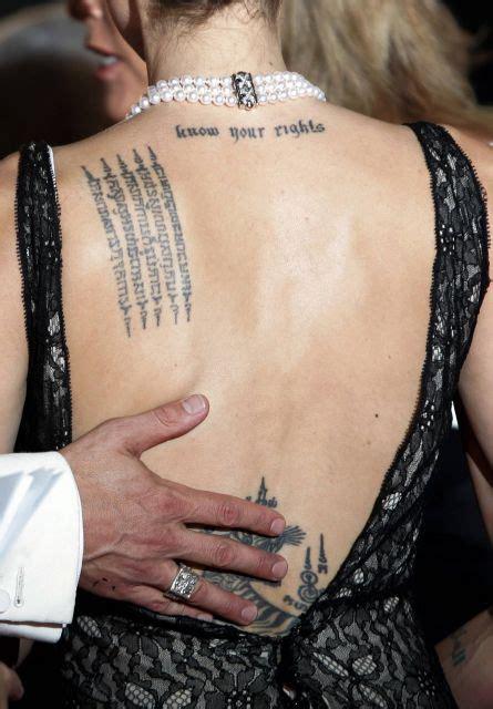tatuaje de angelina jolie en la espalda significado angelina jolie con el tatuaje de 5 columnas con texto en