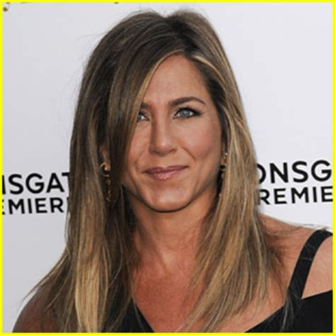 Jennifers Rep Confirms Nose aniston s rep confirms viral post is