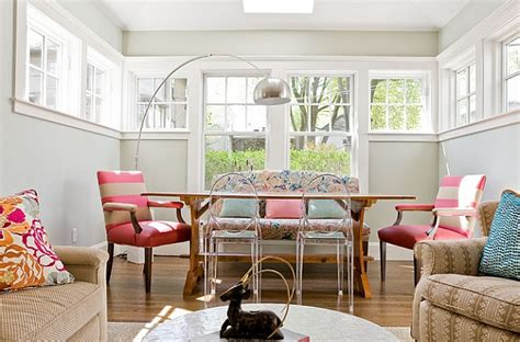how to mix and match sofas and chairs idee decoration salle manger avec banquette canape