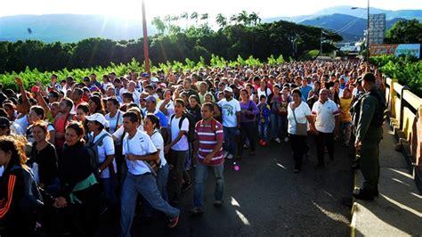 imagenes frontera venezuela colombia thousands flock from venezuela to buy basics in colombia