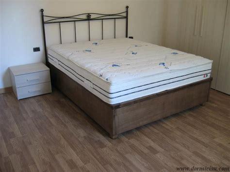 letto contenitore con testata in ferro battuto letto contenitore in legno massello dormicisu
