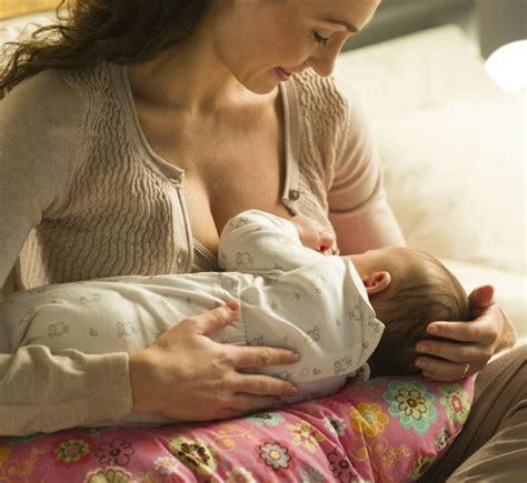 cuscino da allattamento come usare il cuscino da allattamento mamma felice