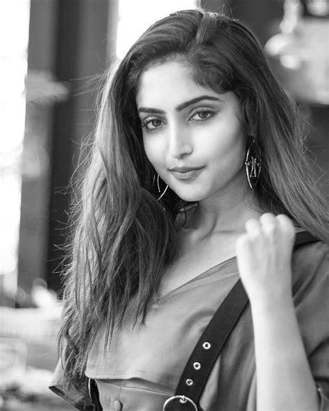 Reba Monica John Malayalam Actress Photo Gallery - Youth Page