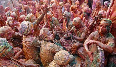 Bubuk Mandi festival india lathmar holi mandi bubuk warna dan bunga