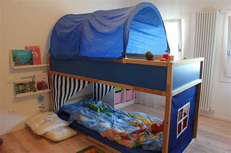 giochi di nel letto divani con struttura in legno