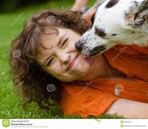 femme saute par chien femme faisant le visage d 233 go 251 t 233 tout en 233 tant l 233 ch 233 par
