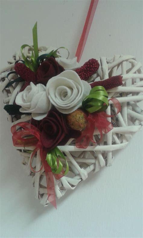 fiori con nastri cuore di carta intrecciata con fiori in feltro e nastri in