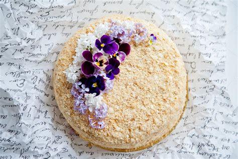 immagini torte con fiori torta di napoleone decorata con i fiori foto stock