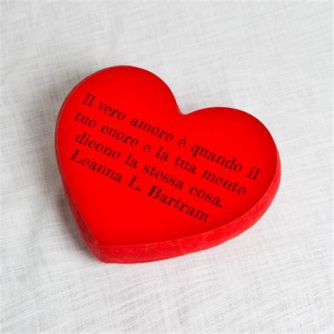 cuscini a forma di cuore idee romantiche per san valentino con frasi d e aforismi