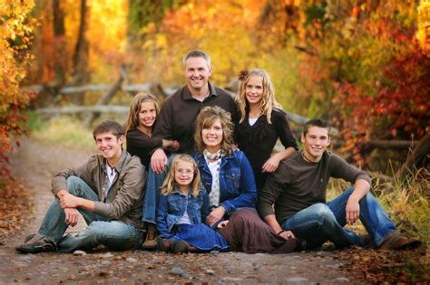 Family Portrait Poses by Large Family Portrait Poses Outside Www Imgkid The