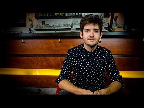 youtuber stuhl michael buchinger auf dem roten stuhl
