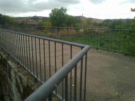 barandilla de un puente barandilla de hierro forja sobre el puente romano vadillo