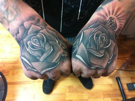 tattoo full hand black and gray hand full of roses by big gus tattoonow