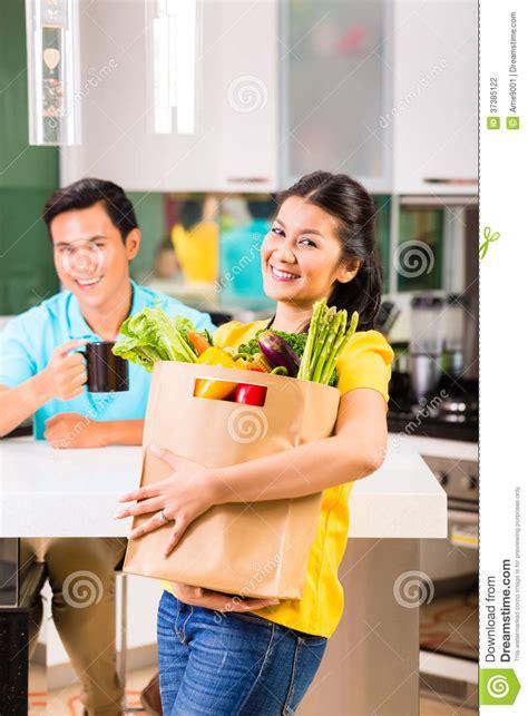 einkauf nach hause liefern lassen asiatin die nach hause vom einkauf kommt stockfotografie