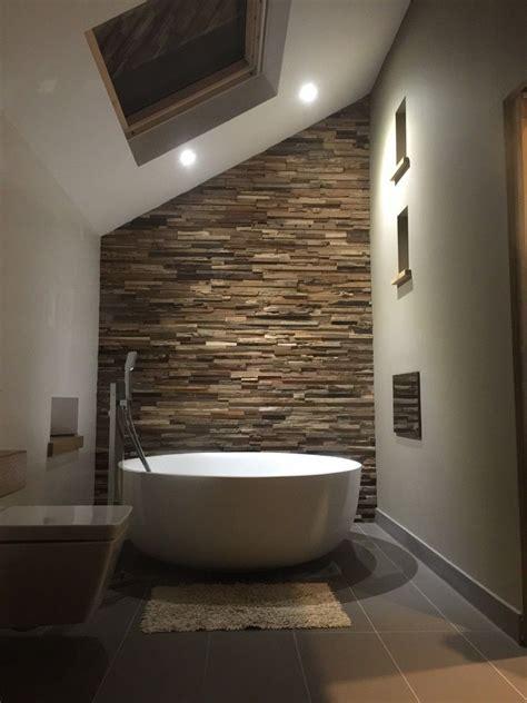 badezimmer mit wand badezimmer mit freistender badewanne und einer wand