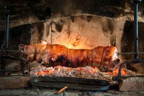 cucinare la porchetta porchetta o maialino allo spiedo cucinare a fuoco vivo