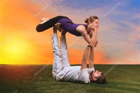 imágenes de yoga de dos personas the two people doing yoga exercises stock photo