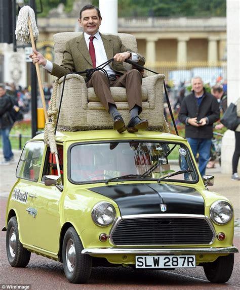 mr bean sofa on car mr bean enjoys a spin outside buckingham palace to