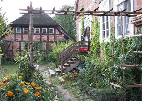 landhausgarten ideen romantischer landhausgarten