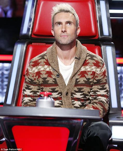 adam levine the voice short hair blake shelton mocks adam levine s blonde hair on the voice