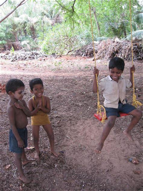 red swing project 遊びは世界の共通言語 街に突然現れた赤いブランコが世界中を笑顔にする red swing project