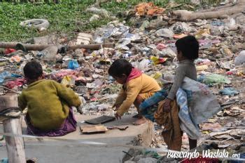 opulencia en una persona varanasi del slum a la escuela buscando waslala
