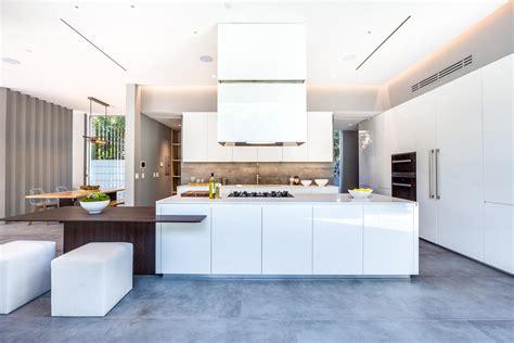 grande cuisine design cuisine moderne blanche sans poignee maison d architecte