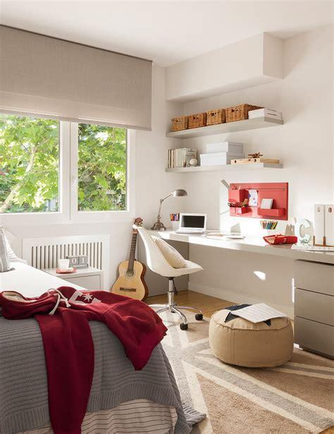 cuarto gris con rojo una oficina transformada en un luminoso piso