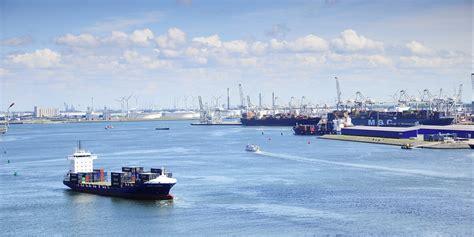 schepen in rotterdam lichte stijging schepen in haven rotterdam europoort kringen