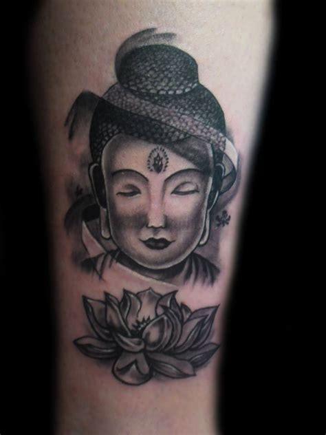 tatouage tibetain tete de bouddha femme et fleur de lotus