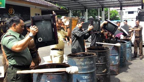 Tv Rakitan Kusrin lol miris televisi rakitan pria lulusan sd ini malah dimusnahkan dan dia dipenjara oleh polisi