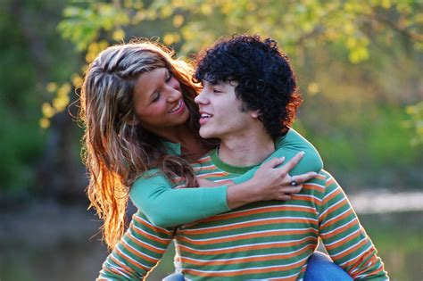 old gratis escuchar youngest girl to have twins 8 yrs old mp3 online file youngcoupleembracing 20070508 jpg wikimedia commons