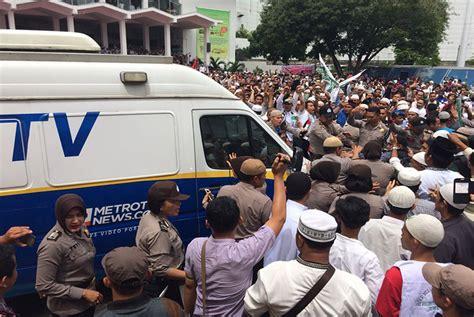 Tv Mobil Di Medan mobil metro tv diusir dan dilarang liput demo 4 november republika