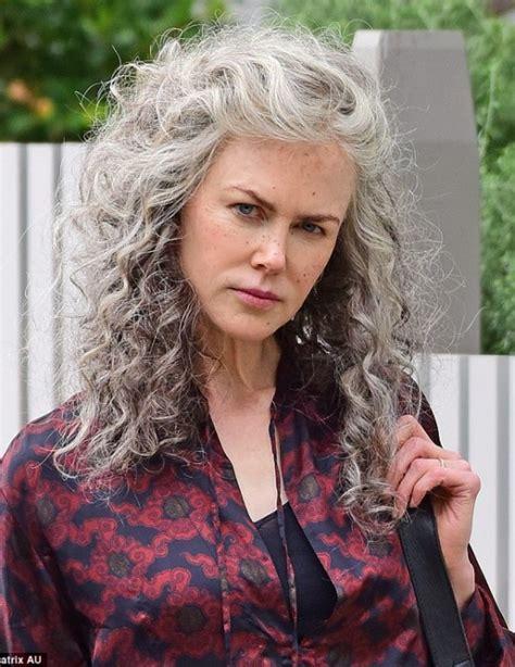 come portare i capelli a 40 anni i capelli grigi di kidman e delle altre