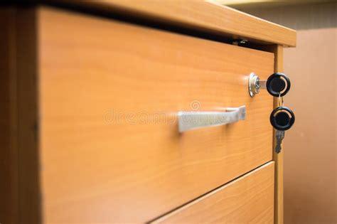 lade foto lade met sleutels in het slot stock afbeelding
