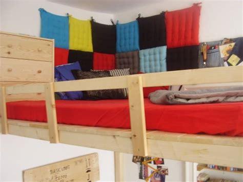 bett an der wand befestigen kinderzimmer gestalten mit kuscheligen textilien solebich de