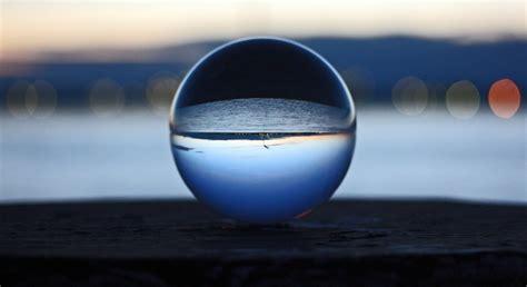 le glaskugel die verkehrte welt durch eine glaskugel bild foto