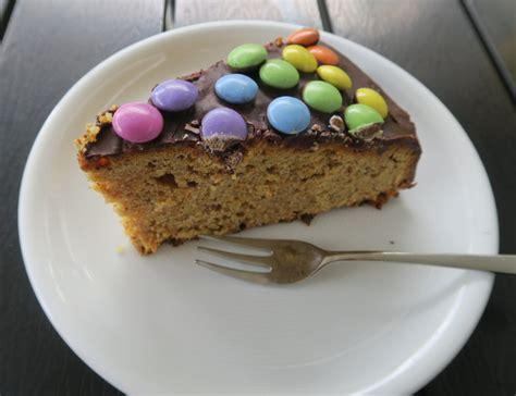 smarties auf kuchen befestigen smarties kuchen perfekt f 252 r den kindergeburtstag