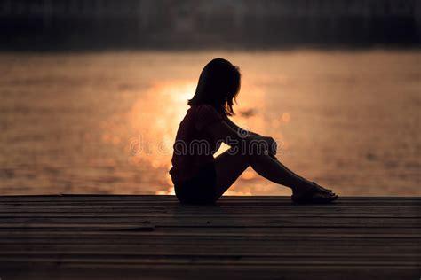 imagenes sad para mujeres silueta triste de la mujer preocupante foto de archivo