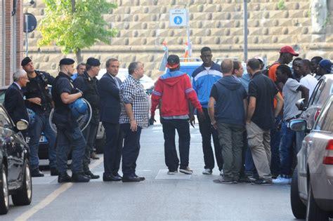 questura di ufficio immigrazione via montebello 26 la protesta dei profughi davanti all ufficio immigrazione