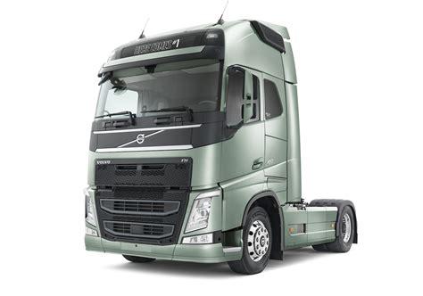 volvo trucks technology volvo adds emergency braking technology to trucks photos