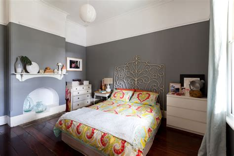 schlafzimmer graue wand glamorous cozy cave bed in bedroom eclectic with house