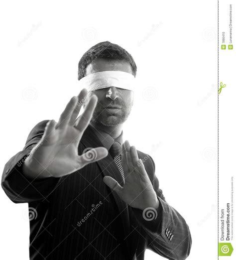 imagenes ojos vendados hombre de negocios con los ojos vendados sobre el fondo