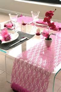 chemin de table mariage dentelle fuchsia pas cher